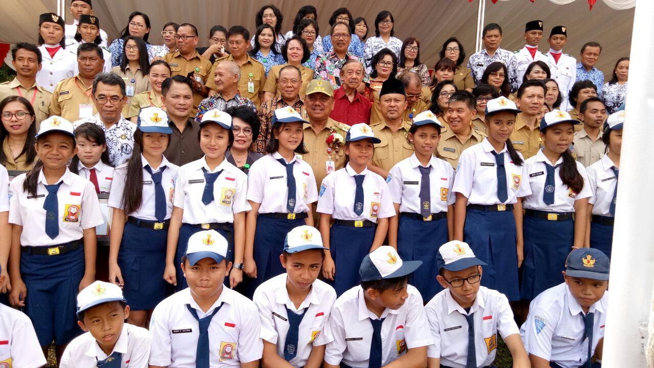 Mayulu Hadiri Peringatan Hari Guru di Pineleng bersama Gubernur