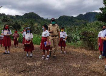 Kadis Pendidikan Renti Mokoginta bersama para siswa pelosok desa terpencil Bolmong